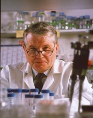 Il-prof.-Luc-Montagnier-al-lavoro-nel-suo-laboratorio
